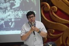 Panji Agustino dari STIKOM Bali menerangkan mudahnya proses penandaan dan pelaporan joged jaruh di YouTube