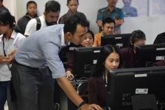 Salah seorang dosen STIKOM Bali membantu para peserta Kampanye Stop Joged Jaruh