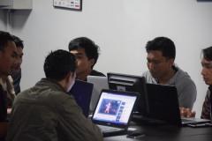 Salah satu lab dengan para peserta yang memakai gawainya sendiri untuk flagging dan reporting